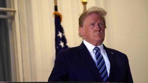 Trump offentliggjorde flera högtidliga videor strax efter att han återvänt till Vita huset från militärsjukhuset Walter Reed på måndagen.