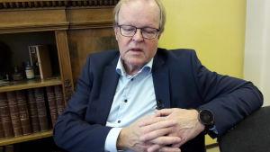 Gösta Willman i ett konferensrum.