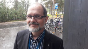 Jarmo Reponen utanför Uleåborgs universitet.