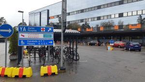 Koronatestejä drive-in -pisteellä Vaasan keskussairaalalla