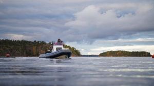 En gummibåt åker på vattnet.