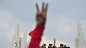 Trefingershälsningen härstammar från filmtrilogin Hungerspelen, men den symboliserar också proteströrelsens tre huvudkrav: regeringens avgång, nyval och omskrivning av konstitutionen.