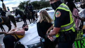 Ett par Biden-anhängare som kommit för att demonstrera mot Trump till Miami greps.