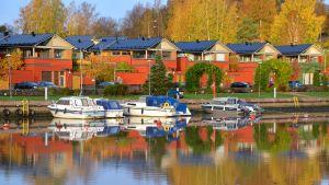 Båtar vid småhusen på västra åstranden i Borgå