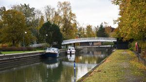Sundet i Pargas på hösten med några båtar längs med kajen