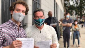 Två väljare utanför vallokal i Philadelphia.