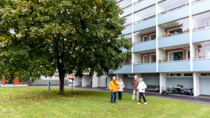 Ros-Marie Wikström, Ruth Jussila, Sven Backman och Christina Larinmäki ute på en grön innergård.