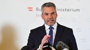 Inrikesminister Karl Nehammer höll presskonferens också på måndag kväll.