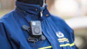 Parkeringsövervakarna i Vasa bär kameror.