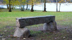 En bänk av sten