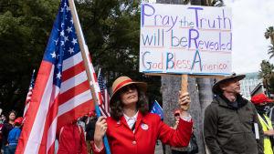 """Trump-anhängre samlades i Sacramento, Kalifornien på lördagen. """"Be om att sanningen ska avslöjas"""" står det på det här plakatet."""