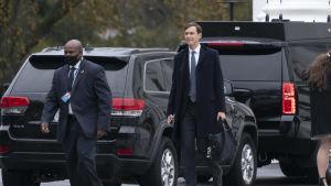 Jared Kushner utanför Vita huset på väg till en kampanjtillställning den 26 oktober.