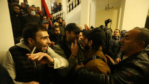 Många demonstranter lyckades ta sig in i regeringsbyggnaden i Jerevan natten till tisdagen.