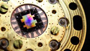 Ett färggrannt mikrochip.