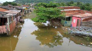 Den kraftiga orkanen Iota som orsakade omfattande översvämningar i nordöstra Colombia har nu nått Nicaragua och Honduras.