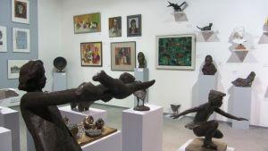 En konstsamling med olika tavlor och skulpturer.
