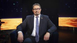 Mika Salminen i tv-studio.