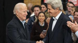 John Kerry ja Joe Biden kättelevät helmikuussa 2020 Iowassa pidetyssä Bidenin kampanjatilaisuudessa.