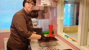 Gunilla Norrlin gör praliner i sitt bageri.