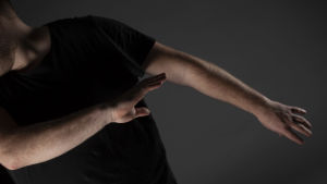 Jonas armar som viftar i luften, med huvudet böjt ur bild.