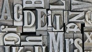 metallisia kirjaimia