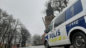 En polisbil står parkerad på Domkyrkotorget utanför Åbo Domkyrka en mulen höstdag.