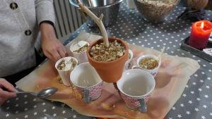 Många olika slags koppar och krukor fyllda med frön och smält koksfett för att bli fågelmat