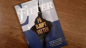"""Pärmen på magasinet Filter, med en animation av hålet i Estonias skrov och texten """"På djupt vatten""""."""