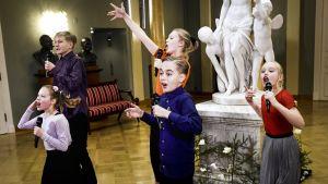 Barn uppträder med sång och dans.