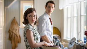 Nina och Peter diskar.
