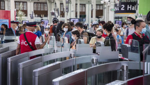 Människor på järnvägsstationen Gare de Lyon i Paris i juli 2020. Många bär munskydd.