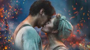 Mies ja nainen (näyttelijät Oona Airola ja Konsta Laakso) suutelevat, ympärillä tulenkipinöitä.