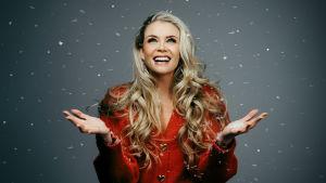 Juontaja Susanna Laine studioon lavastetussa lumisateessa.