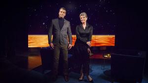 Skådespelaren Stina Ekblad med Daniel Olin i studio.
