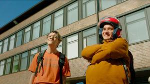 Kaksi nuorta miestä (näyttelijät Juuso Nummela ja Joose Kääriäinen) koulun pihalla.