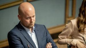 En bild på Jussi Saramo i riksdagen.