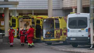 Ambulanssit Peijaksen sairaalassa.