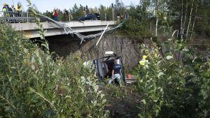 Oycksbussen ligger på järnvägsspåret nedanför bro.