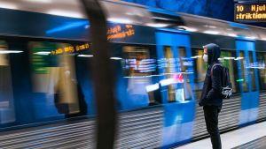 Person som väntar på metron i centrala Stockholm.
