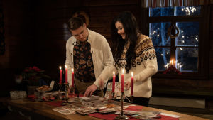 Diandra ja Aarne Pelkonen askartelevat joulukortteja.