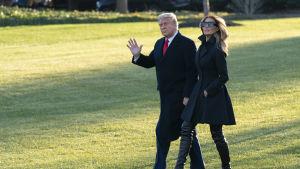 President Trump och USA:s första dam Melania Trump vinkade adjö utanför Vita huset på onsdagen när de begav sig till Palm Beach.