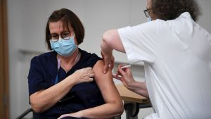 Sjuksköterskan Eija Koponen får coronavaccinet den 27 december 2020.