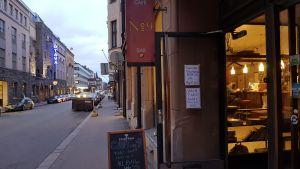 En bar vid en gata i Helsingfors.