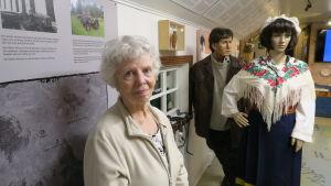 Kvinna på museum