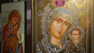 En ikon i guld, med jungfru Maria och Jesus.