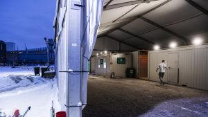 Drive-in-koronatestausasema Helsingin Hernesaaressa lumisessa maisemassa 4. tammikuuta 2021.