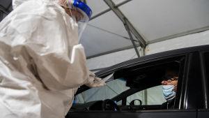 Ulkomaanmatkalle lähdössä ollut mies kävi teettämässä itselleen koronavirustestin Mehiläisen drive-in-testausasemalla Helsingin Hernesaaressa 4. tammikuuta 2021.