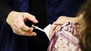 Vårdpersonal får coronavaccin i Helsingfors 4.1.2021