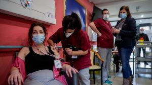 Personalen vid äldreboendet i belgiska Chatelet vaccineras.