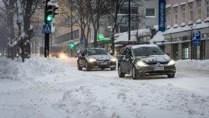 Bilar kör i snöyra